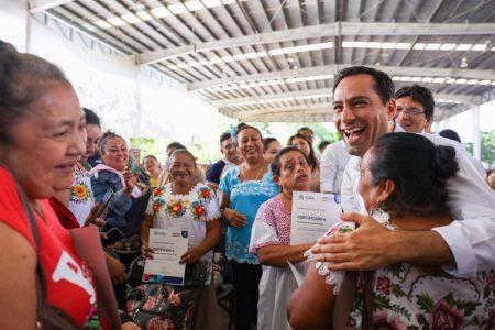 Mauricio Vila entrega los primeros 921 créditos del Fondo MicroYuc
