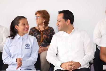 Mauricio Vila entrega becas a hijos de agentes de la Policía Municipal de Mérida