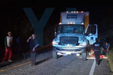 Tráiler de Coppel embiste camioneta de antorchistas y atropella a un adolescente