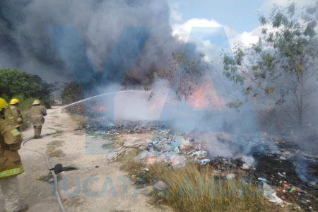 Más humo que fuego en incendio en una bodega de plásticos