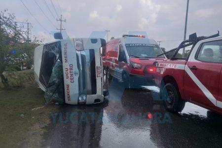 Taxi colectivo patina en el pavimento mojado y termina volcado: ocho lesionados