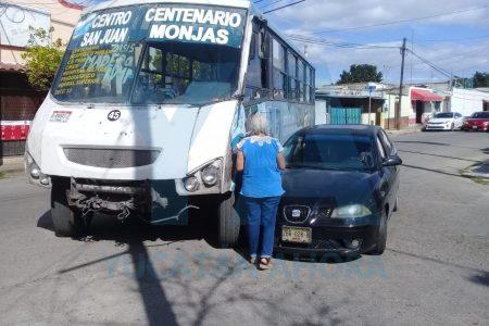 Desesperado camionero colisiona auto al doblar sin precaución