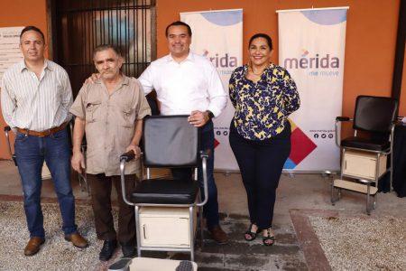 El alcalde Renán Barrera entrega apoyos a boleros de la Plaza Grande