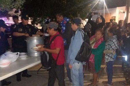 Policías de la SSP reparten comida caliente en el O'Horán