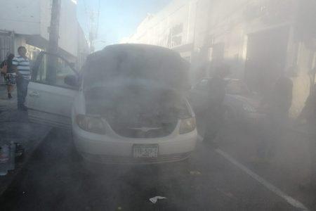 Se incendia su camioneta en la zona comercial del centro de Mérida
