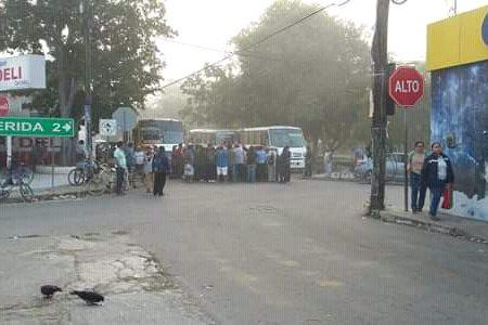 Vecinos de Cholul retienen autobuses: denuncian mal servicio de transporte