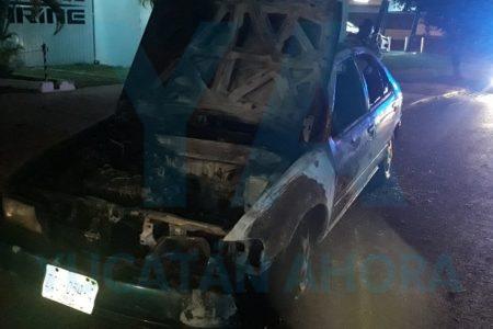 Se quema totalmente su auto recién sacado del taller