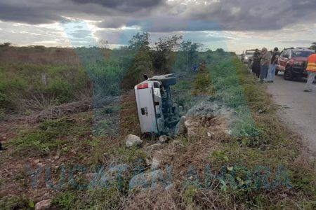 Joven conductora vuelca con su camioneta al perder una llanta