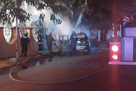 Se incendia tras chocar contra un árbol del estadio Salvador Alvarado