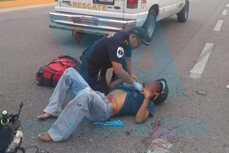 Joven motociclista acaba herido al chocar por alcance un auto