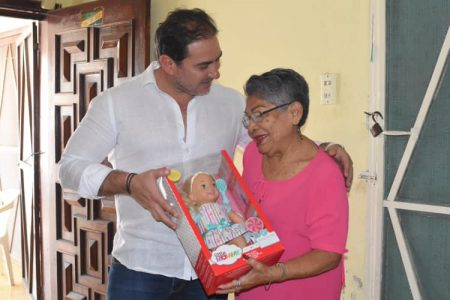 De niña nunca le regalaron una muñeca; 60 años después recibe inesperada sorpresa