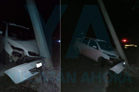 Huye luego de derribar un poste y destrozar su auto