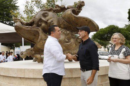Renán Barrera devela la  escultura 'Reflejo IV', donada por el escultor Javier Marín