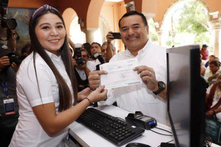 El alcalde Renán Barrera cumple con el pago del impuesto predial