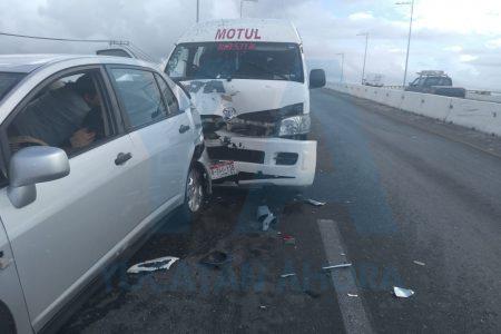 """Taxi colectivo arrasa con cuatro autos Nissan al """"patinar' en un puente"""