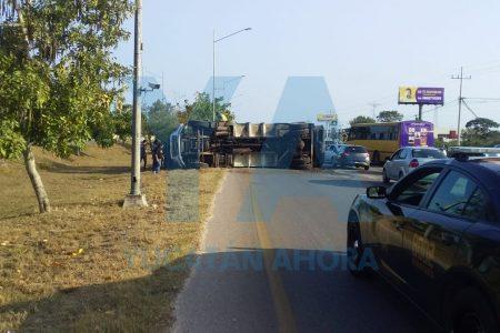 Vuelca camión de Pamplona y propicia mega caos vial en el Periférico