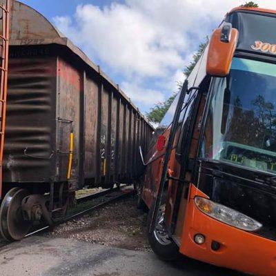 Tren arrastra un autobús en Umán: cinco lesionados