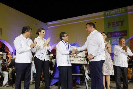 """Entregan la medalla """"Guty Cárdenas"""" al compositor y trovador Gustavo López"""