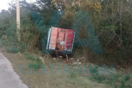 Camioneta de Bepensa acaba en el monte con seis refrigeradores