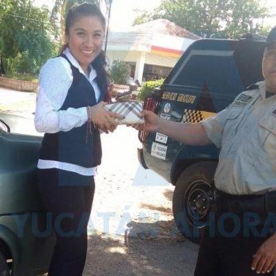 Policía encontró una cartera y voceó por la colonia hasta dar con la dueña