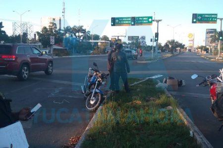 Motociclista herido al impactarse contra un señalamiento