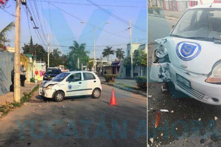 Distraído conductor destroza su auto al impactarse contra un poste
