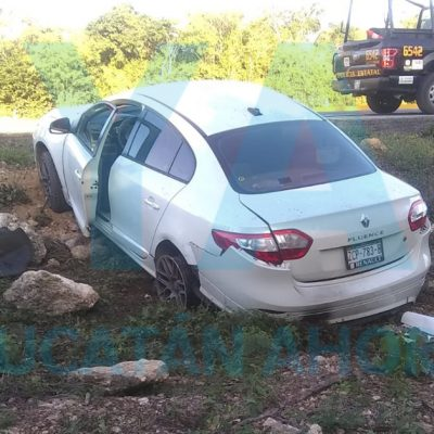 Acaba en una hondonada al perder el control de su auto