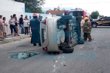 Conductor de 73 años queda atrapado en su auto tras accidente en Pensiones