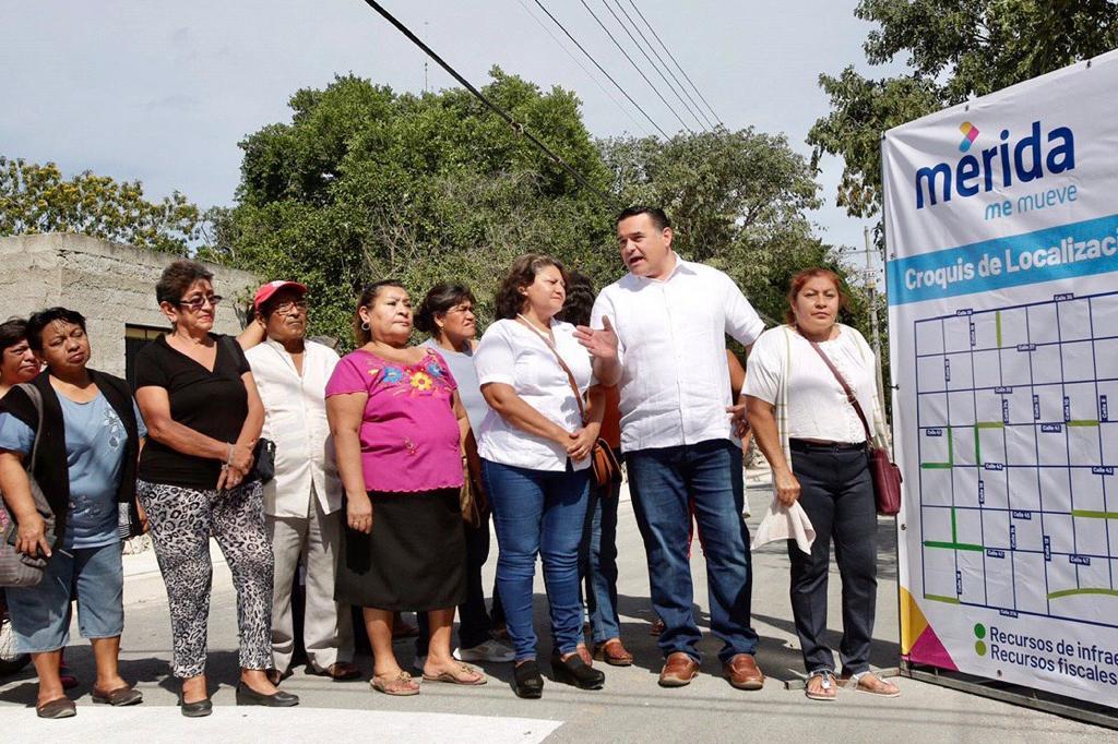 Renán Barrera entrega la repavimentación de calles en la colonia Leandro Valle