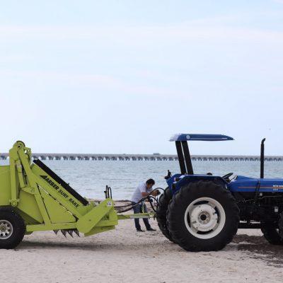 Mauricio Vila entrega una máquina sargacera a Progreso