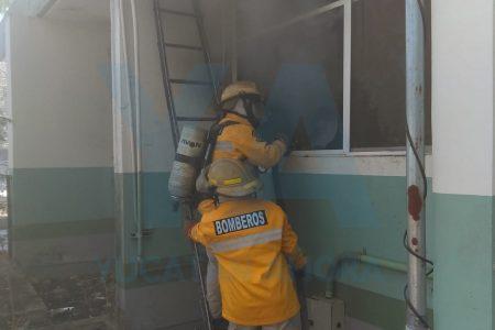 Se incendia bodega abandonada en clínica del IMSS en Caucel