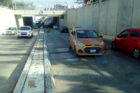 Auto saltarín en el paso a desnivel: choca y brinca al otro lado de la avenida