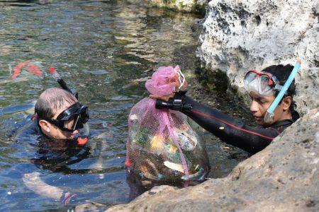 Buzos y voluntarios limpian una vez más el cenote Chen-Ha de Dzityá