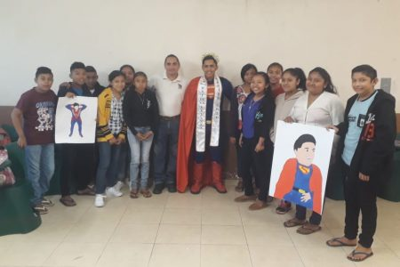 El Rey de la belleza Mérida realiza labores altruistas en Kinil