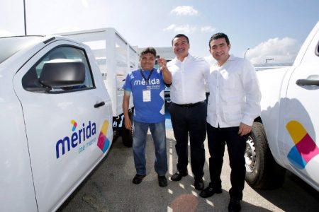 Renán Barrera entrega nuevos vehículos para eficientar servicios