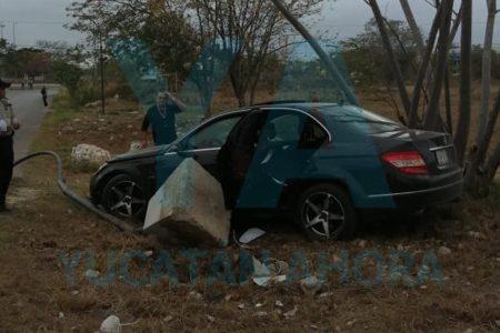 Joven de 18 años destroza su Mercedes Benz al tomar una curva en exceso de velocidad