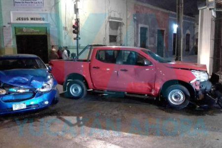 Provoca choque por ignorar la luz roja del semáforo en el Centro