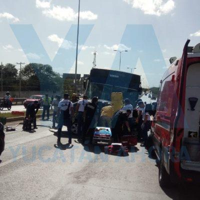Autobús brinca el camellón y choca contra un auto en la Mérida-Umán: un prensado