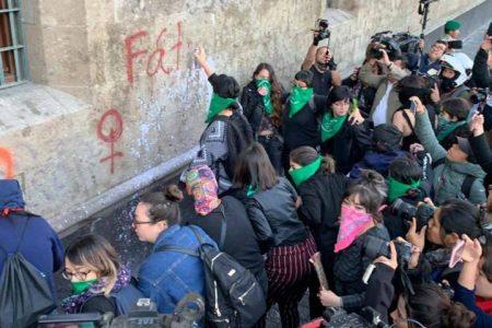 De nuevo 'rayotean' el Palacio Nacional; mujeres retan a AMLO
