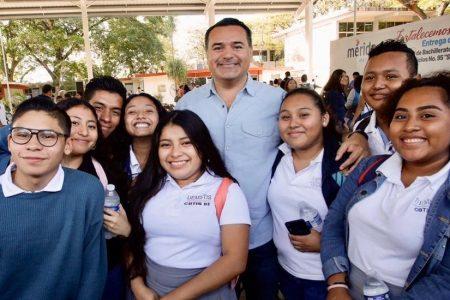 El alcalde Renán Barrera entrega techado de la plaza cívica del Cbtis 95
