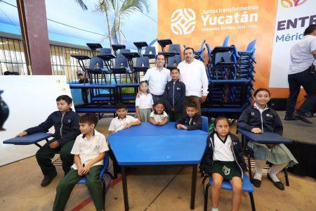 Mauricio Vila entrega mobiliario para escuelas públicas de Yucatán