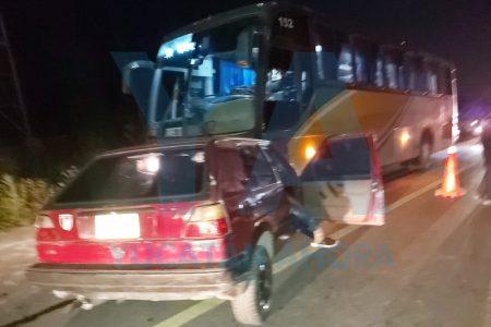 Chocan contra un autobús y quedan prensados, en Héctor Victoria Kanasín