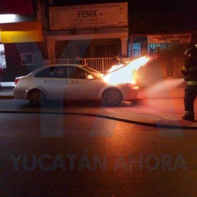 Arde en llamas su auto en la colonia Industrial, cerca de la T-1