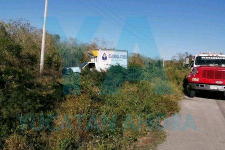 Por exceso de velocidad, camioneta de Crío acaba en el monte con todo y huevos
