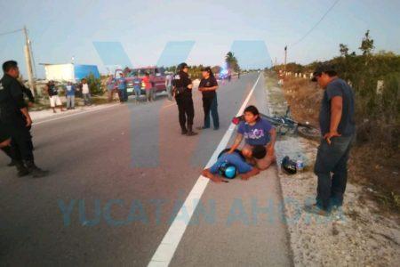Cegado por el sol, motociclista choca contra una camioneta estacionada