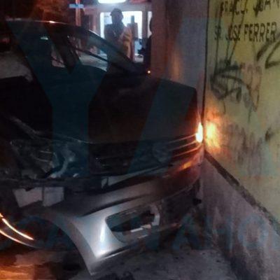 Abandona su auto luego de chocarlo contra una casa