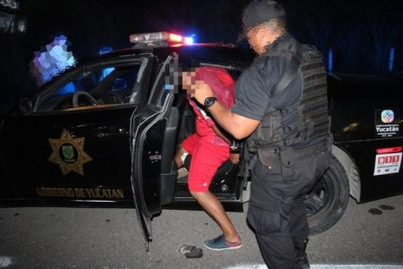 Detienen a pareja con arma de alto poder en la vía Mérida-Cancún