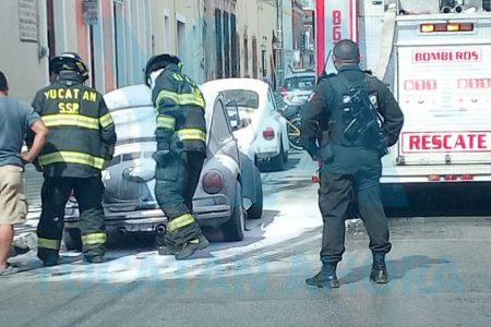 Se le quema su VW clásico en el centro de Mérida