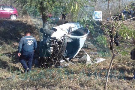 Joven destroza su vehículo tras perder el control