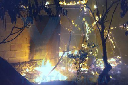 Incendio arrasa con dos corrales y 50 pavos en pequeña granja